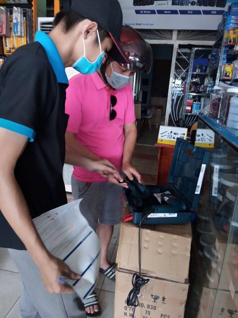 Nhân viên đang hỗ trợ khách hàng tại một chi nhánh của Hoàng Long Vũ